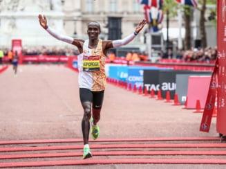 Eliud Kipchoge intra in istoria atletismului. E singurul alergator de pe planeta care a coborat sub 2 ore maratonul