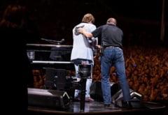 Elton John isi cere scuze dupa ce a intrerupt un concert in Auckland si anunta ca a fost diagnosticat cu pneumonie