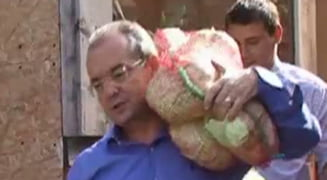 Emil Boc a carat saci cu legume la o casa de copii