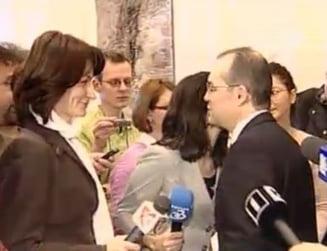 Emil Boc le-a dat flori jurnalistelor si parlamentarelor