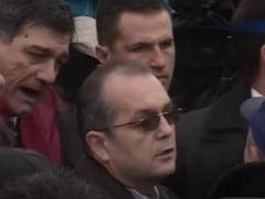 Emil Boc se cearta cu sindicalistii din fata Guvernului (Video)