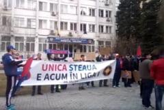 "Esec rasunator pentru ""revolutia ros-albastra"": Cateva zeci de oameni au iesit in strada pentru echipa lui Becali"