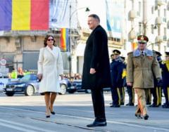 Esinuta eleganta a lui Carmen Iohannis de Ziua Unirii a fost semnata de ieseanca Andreea Tincu