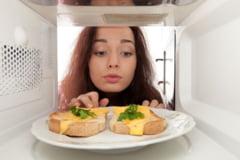 Este sanatos sa gatim la microunde? De ce dauneaza folosirea unei cantitati prea mari de apa la prepararea alimentelor