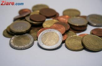 Euro scade pe fondul instabilitatii politice si ramane vulnerabil