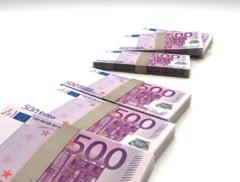 Euro se vinde cu aproape 4,9 lei la banci