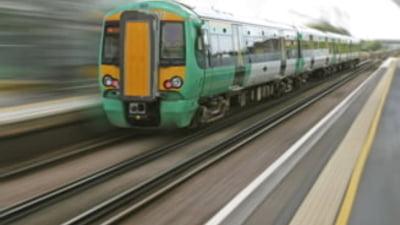 Europarlamentarii au adoptat noi norme care ofera o protectie mai buna pentru cei care calatoresc cu trenul si se confrunta cu intarzieri, anulari sau discriminari