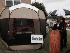 Evacuat din Primarie, un edil da audiente intr-un cort pe strada