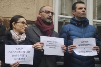 Exasperati de OUG 7 si de opacitatea lui Toader, sute de magistrati au iesit in strada. Imaginile protestului (Galerie foto & video)