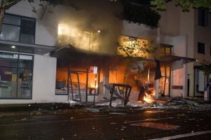 Explozie intr-un bloc in Zarnesti: Proprietara a ajuns la spital