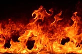 Explozie la o conducta de gaz la periferia municipiului Radauti. Doi muncitori au fost raniti