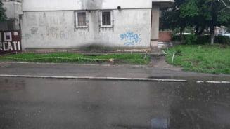Explozii in subteran pe o strada din Constanta. Focul iese din pamant la doar doi metri de un bloc