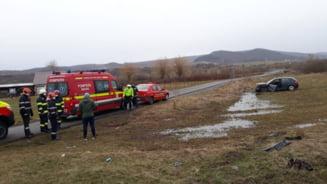 FOTO - LIVEZILE: O masina a ajuns in decor, dupa o coliziune cu un alt autoturism