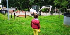 FOTO - Se demoleaza locul de joaca pentru copiii de pe Valea Sapunului - Mamicile sunt revoltate