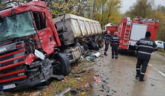 FOTO: ACCIDENT LA COPACENI! Doua tiruri s-au lovit FRONTAL