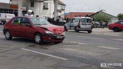 FOTO/ Accident rutier in Alba Iulia: Coliziune intre doua autoturisme, in apropiere de Alba Mall. 3 persoane ranite usor in urma impactului