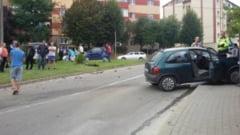 FOTO. Accident rutier in cartierul albaiulian Tolstoi. O masina a avariat un gard, iar alta a plonjat peste un scuar dupa o ciocnire in intersectie