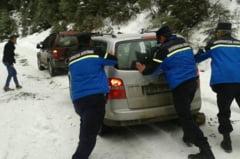 FOTO: Doi tineri blocati cu masina in zapada, intr-o zona fara semnal la telefon, salvati de jandarmii montani din Rodna