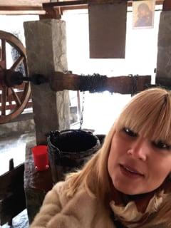 FOTO: Elena Udrea a mers sa se roage la manastirea Nuncet