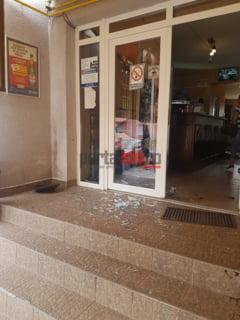 FOTO. INCREDIBIL. Tiganii au devastat un bar din Odoreu, in amiaza mare