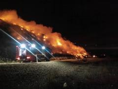 FOTO: Incendiul de la groapa de gunoi din Bacau nu a fost lichidat. Pompierii lupta cu flacarile de 15 ore - UPDATE