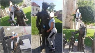 FOTO| Tanara care s-a catarat pe statuile din Cetatea Alba Carolina si s-a fotografiat in pozitii indecente si necivilizate, identificata si amendata