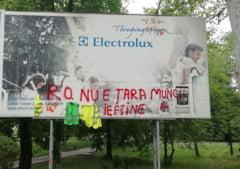 FOTO. Un deputat, mesaj pe panoul publicitar al Electrolux: RO. NU E TARA MUNCII IEFTINE!