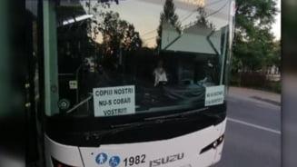 FOTO: Un sofer de autobuz din Iasi a lipit pe parbriz afise antivaccinare