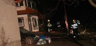 FOTO 25 de pompieri mobilizati noaptea trecuta la Agnita - O casa a luat foc