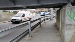 FOTO Ambulanta blocata la intrarea intr-un pasaj din Ramnicu Valcea. Restrictia de inaltime era corect semnalizata