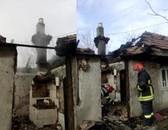 FOTO Barbat gasit mort in casa cuprinsa de flacari. Satenii au vazut prea tarziu incendiul