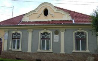 """FOTO Casa memoriala Avram Iancu din Targu Mures, mazgalita cu o inscriptie cu conotatii triviale, care se incheie cu urarea """"Traiasca Ungaria"""""""