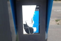 FOTO Clujul vandalilor: dupa monumente, a venit randul automatelor de bilete sa fie distruse