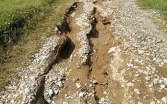 FOTO Dezastru dupa ploile torentiale. In cartierul Bora au aparut cratere