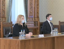 """FOTO Diana Sosoaca, prezenta la consultarile cu Klaus Iohannis cu masca de protectie sub nas. Senatoarea AUR, parte din miscarea """"anti-botnita"""""""