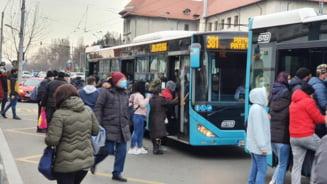 FOTO Haos in Bucuresti, din cauza grevei de la metrou. Oamenii se inghesuie in tramvaie si autobuze