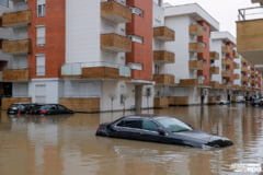 FOTO Ploile torentiale au provocat inundatii in Kosovo si Albania. Apele au distrus poduri si drumuri