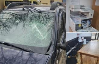 FOTO Sef de ocol silvic atacat si lovit chiar in sediul institutiei. Agresorul a distrus mai multe obiecte, inclusiv masina padurarului
