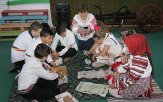 FOTO Sezatoare la Ianca. Au participat tineri din mai multe sate, intr-o incercare de restaurare a vechilor traditiilor