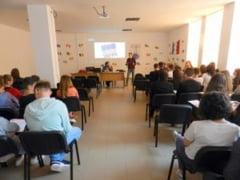 FOTO Tinerii de la Liceul Regina Maria din Dorohoi, participanti la o dezbatere pe teme europarlamentare