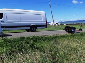 FOTO-ULTIMA ORA: Accident pe soseaua Odobestiului | Motociclist ranit grav dupa impactul cu o duba