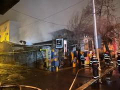 FOTO Un cunoscut bar din Bucuresti s-a facut scrum peste noapte. Autoritatile investigheaza cauza incendiului