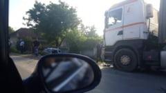 FOTO-VIDEO: ACCIDENT rutier la Teius. Cinci persoane au fost ranite in urma unui impact intre un autoturism si un TIR