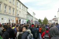 """FOTO/VIDEO """"Cine e de vina, sigur nu Gigina!"""" Sute de clujeni au iesit in strada pentru a cere judecarea lui Gabriel Oprea"""