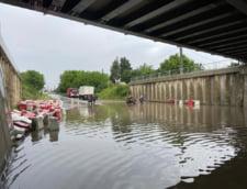 FOTO&VIDEO: ISU Bucuresti - Ilfov actioneaza pentru a extrage o mare cantitate de apa acumulata intr-un pasaj de Soseaua Bucuresti - Targoviste