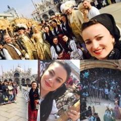 """FOTO-VIDEO: In spatele mastilor la Carnavalul de la Venetia. Moatele din Campeni, judetul Alba, au deschis expozitia """"Zestrea"""""""