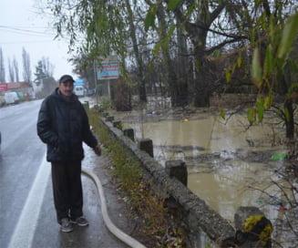 FOTO VIDEO: Inundatii in Ramnicu Valcea! DN 7, in pericol de a fi acoperit de ape!