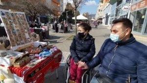 FOTO VIDEO| Un tanar cuplu de albaiulieni vinde martisoare confectionate manual. Decoratiuni pictate sau din flori uscate, realizate de maini extrem de iscusite