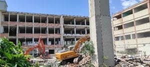 FOTO-VIDEO A inceput demolarea simbolului unei industrii. In locul unei fabrici de peste 70 de ani va aparea un LIDL