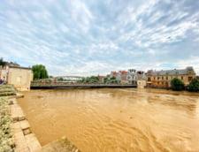 FOTO+VIDEO Cod rosu de inundatii. Nivelul apei a atins cote istorice pe un rau important. Intr-un dig au aparut brese